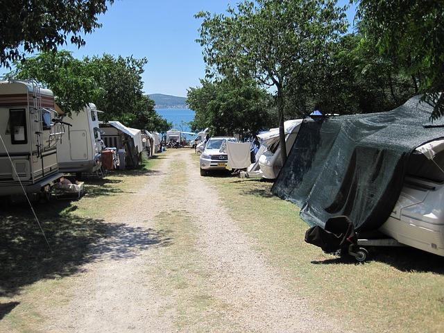 Urbanisation en continuité avec un camping en zone littorale